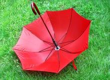 Paraguas rojo brillante Fotografía de archivo libre de regalías