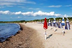 Paraguas rojo en la playa Foto de archivo libre de regalías