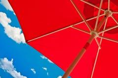 Paraguas rojo para el shading Imagen de archivo