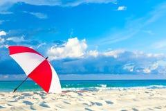 Paraguas rojo y blanco colorido en la playa del océano con el cielo azul y las nubes hermosos Relajación, fondo idílico de las va imágenes de archivo libres de regalías