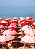 Paraguas rojos que esperan a turistas Imágenes de archivo libres de regalías