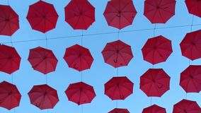 Paraguas rojos suspendidos metrajes