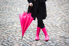 Paraguas rosado y botas de goma rosadas imagen de archivo libre de regalías