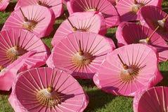 Paraguas rosados hechos a mano tradicionales del papel y de bambú secos debajo del sol en la fábrica en Chiang Mai, Tailandia foto de archivo