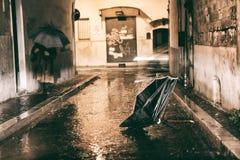 Paraguas roto abandonado en la calle Imagen de archivo libre de regalías