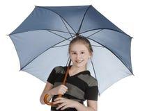 Paraguas rubio del azul de la situación y de la explotación agrícola de la muchacha Imagen de archivo libre de regalías