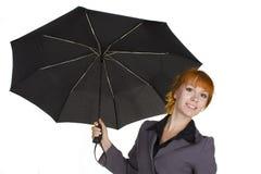 Paraguas sonriente joven de la explotación agrícola de la muchacha fotos de archivo libres de regalías
