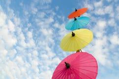 Paraguas tradicional tailandés con el cielo azul Imagen de archivo