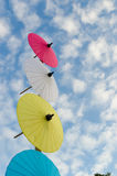 Paraguas tradicional tailandés con el cielo azul Imagenes de archivo