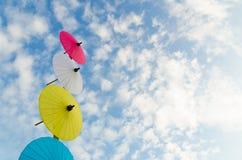 Paraguas tradicional tailandés con el cielo azul Foto de archivo libre de regalías