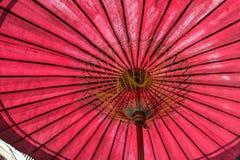 Paraguas tradicional tailandés, paraguas rojo Fotos de archivo libres de regalías