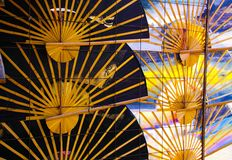 Paraguas tradicionales de las fans de la mano en fila en la pared - Chiang Mai, Tailandia imagenes de archivo