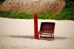 Paraguas y asiento en la playa Foto de archivo libre de regalías