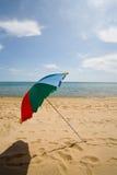 Paraguas y playa imagenes de archivo