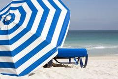 Paraguas y playa del sur Foto de archivo