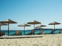 Paraguas y salones de sol en la playa Imagen de archivo libre de regalías