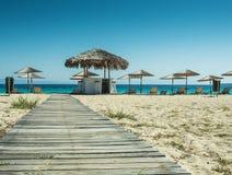 Paraguas y salones de sol en la playa Fotos de archivo