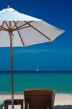 paraguas y silla Foto de archivo libre de regalías