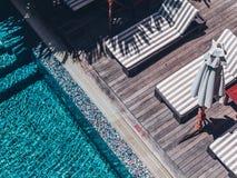Paraguas y silla alrededor de la piscina al aire libre de lujo foto de archivo libre de regalías