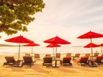 Paraguas y silla en el mar y el océano tropicales de la playa fotos de archivo