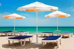 Paraguas y sillas Imágenes de archivo libres de regalías