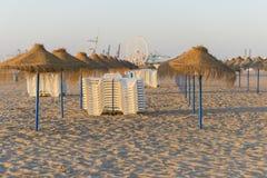 Paraguas y sillas de playa Fotografía de archivo