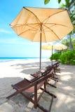 Paraguas y sillas de playa en la playa Imágenes de archivo libres de regalías