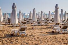 Paraguas y sillas de playa en vacío la playa Fotos de archivo libres de regalías