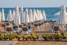 Paraguas y sillas de playa en vacío la playa Fotografía de archivo