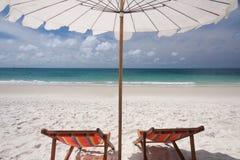 Paraguas y sillas gemelas imagen de archivo