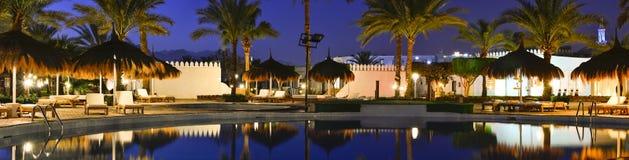 Paraguas y sunbeds de la paja por la piscina en Sharm el Sheikh Imagen de archivo