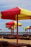 Paraguas y sunbeds en la playa fotos de archivo