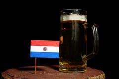 Paraguay flaga z piwnym kubkiem na czerni Zdjęcia Stock