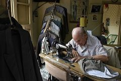 Paraguayischer älterer Schneider näht im Dressmaking stockfotos