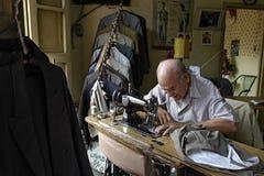 Paragwajski seniora krawczyna jest szwalny w dressmaking Zdjęcia Stock