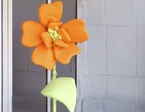 Paralelamente dalia hermosa grande con los pétalos naranja-amarillos Cierre para arriba Foto de archivo