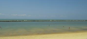 Paralelo del filón de la piedra arenisca a la playa Barra de São Miguel fotos de archivo