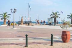 Paralia, Греция - 26-ое сентября 2017: Люди идя на центральную площадь Paralia в Греции Совершенное назначение лета на Стоковые Изображения RF
