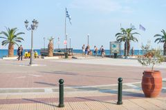 Paralia, Grécia - 26 de setembro de 2017: Povos que andam no quadrado central de Paralia em Grécia Destino perfeito do verão no Imagens de Stock Royalty Free