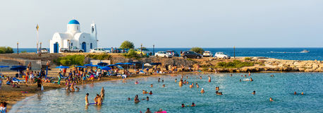 PARALIMNI, CIPRO - 17 AGOSTO 2014: Spiaggia ammucchiata con i turisti Immagine Stock