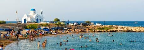 PARALIMNI, ZYPERN - 17. AUGUST 2014: Gedrängter Strand mit Touristen Stockbild