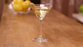 Parallax sköt av ett martini exponeringsglas på en stångräknare arkivfilmer