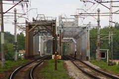 Parallele Bahnen der Weisen der Eisenbahnmetallbrücke zwei lizenzfreies stockbild