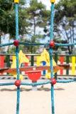 Parallele blaue Seile des Kletterwands am Spielplatz Stockfotos