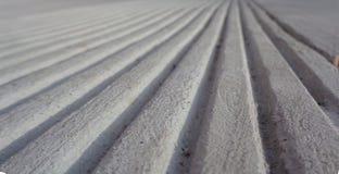 Parallele Linien im Beton in Richtung zu einer Horizont-optischen Täuschung lizenzfreies stockfoto
