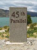 45. paralleles milepost Stockbilder