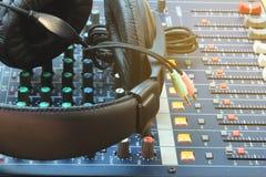 Parallell musikinspelningutrustning i kontrollrummet Royaltyfria Bilder