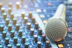 Parallell musikinspelningutrustning i kontrollrummet Royaltyfri Bild