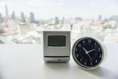 Parallell och digital modern klocka Fotografering för Bildbyråer