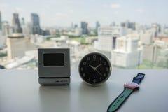 Parallell och digital modern klocka med kvinnaklockan på tabellen Arkivfoto
